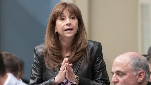 Une femme prend la parole à l'Assemblée nationale du Québec.