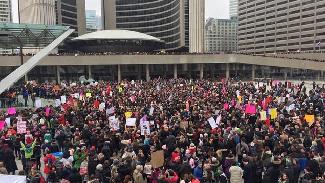 Les participants de la Marche des femmes à Toronto rassemblés à la place Nathan-Phillips.