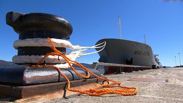 Quai de Gaspé, borne d'amarrage et navire.