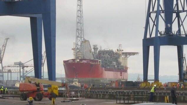 Le navire de production et stockage SeaRose à un quai