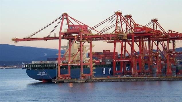 Un porte-conteneur dans le port de Vancouver.