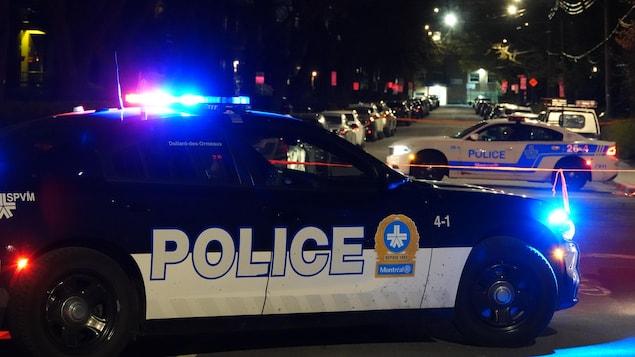 Deux auto-patrouilles immobilisées dans une rue.
