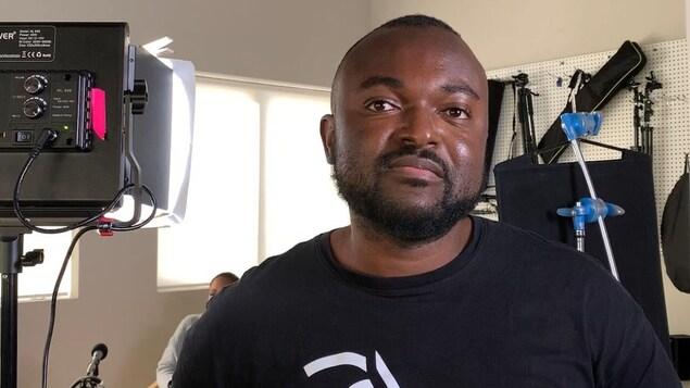 Sylvester Ndumbi pose sur un plateau de tournage.