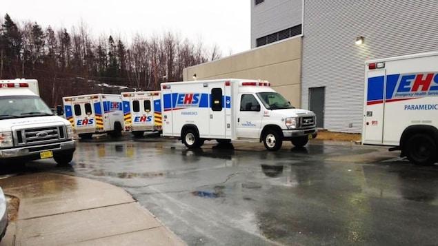 Les ambulanciers ont l'obligation de demeurer avec leur patient en attendant qu'ils soient admis à l'hôpital.