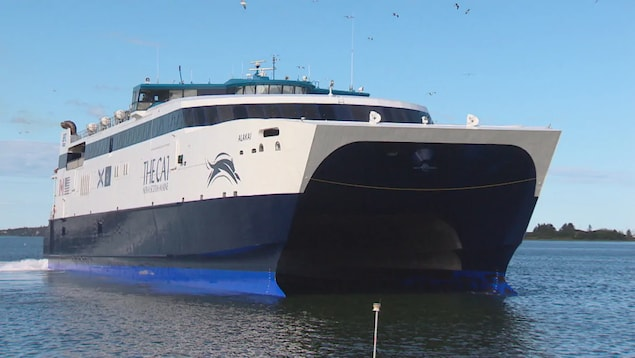 La navire s'approche de son quai.