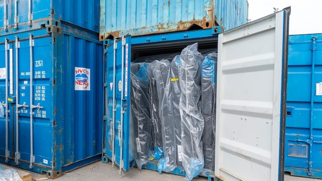 Des matelas dans un conteneur.