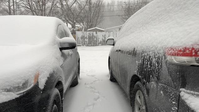 Deux véhicules sous la neige.