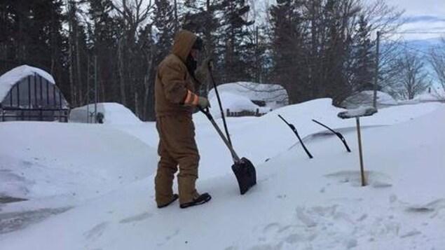 Un homme cherche sa voiture sous la neige à Tracadie.