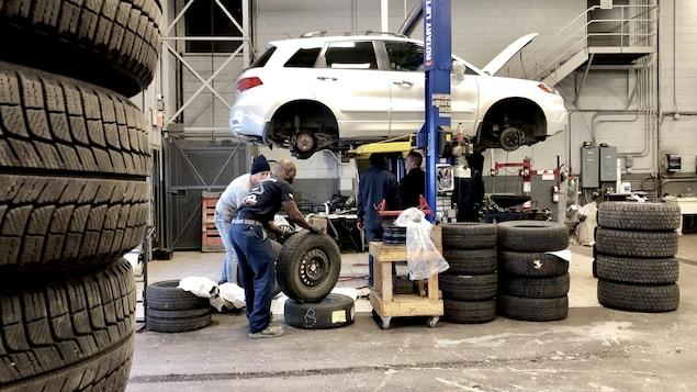 Des pneus empilés dans un garage.
