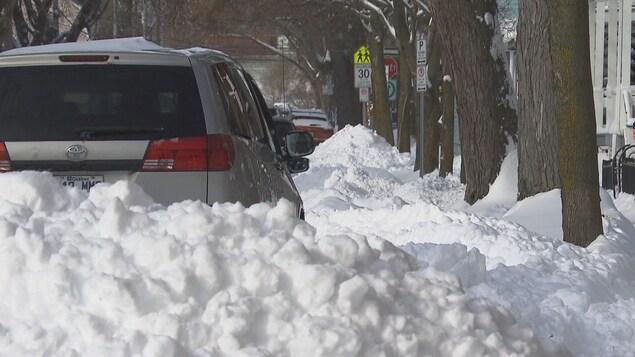 Une auto avec plein de neige autour.