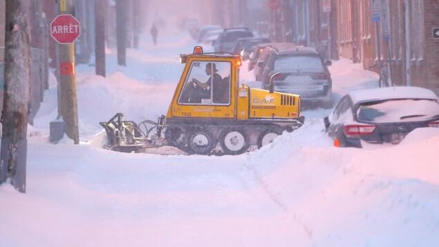 Une chenillette déblaie les rues du quartier St-Jean Baptiste, à Québec.
