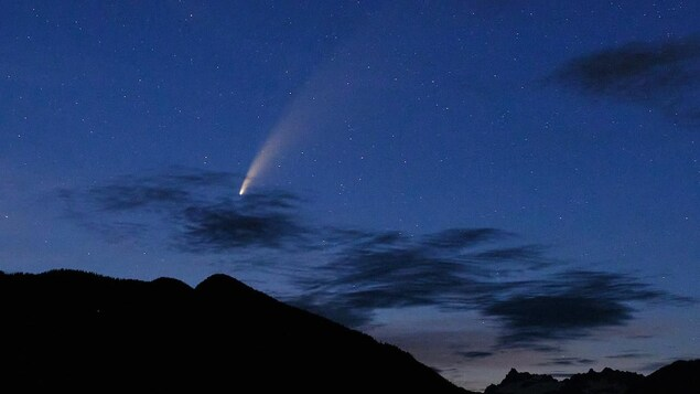La comète Neowise est visible dans le ciel de Vancouver.