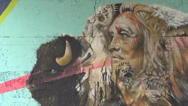 Murale coloré représentant un bison aîné superposé à un jeune bison