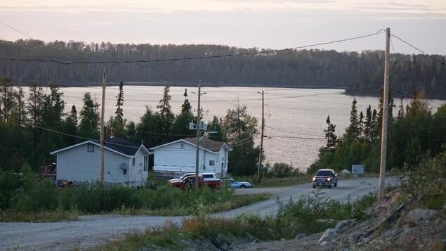 Deux maisons, 4 automobiles au bord du lac