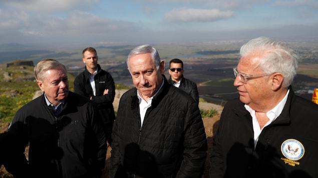 Benyamin Netanyahou, Lindsey Graham et David Friedman sont sur le plateau du Golan, qui surplombe le territoire israélien.