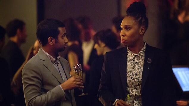 Aziz Ansari et Lena Waithe jouent dans une scène de la série  Master of None .