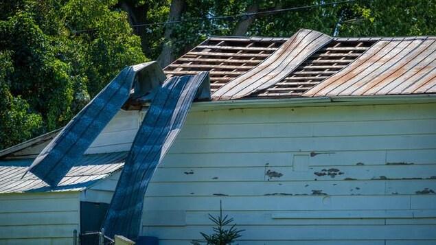 Un toit arraché par les vents violents et la pluie.