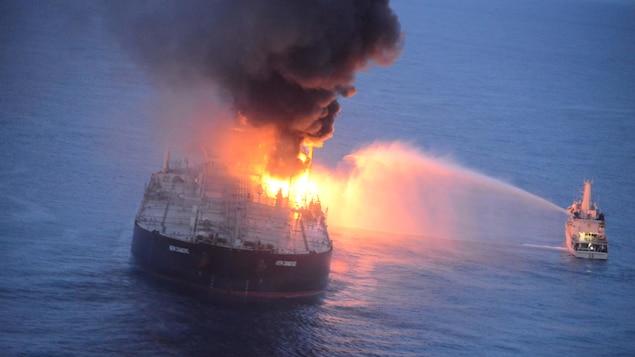 Un bateau de la marine sri-lankaise arrose le New Diamond, proie des flammes au large du Sri Lanka.