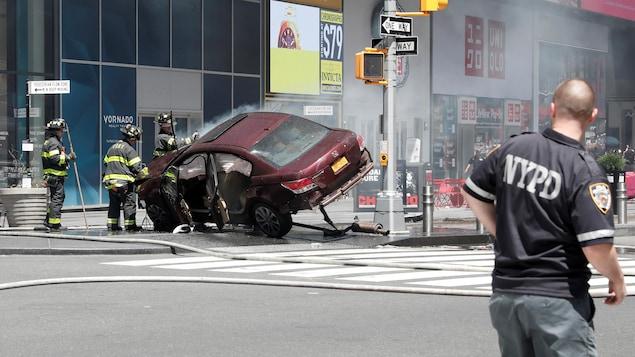 Une voiture renversée à Times Square, à New York