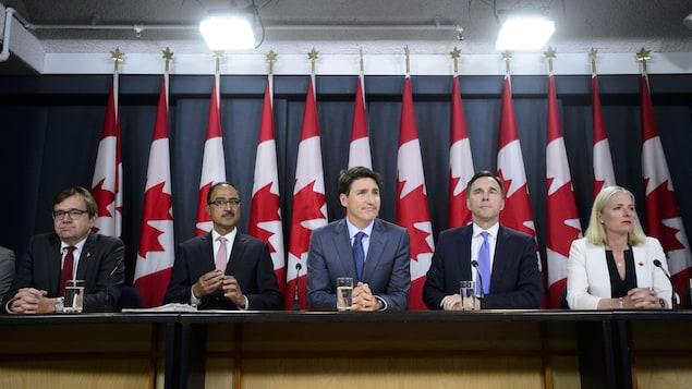 Justin Trudeau, Catherine McKenna, Bill Morneau, Amarjeet Sohi, Marc Garneau et Jonathan Wilkinson.
