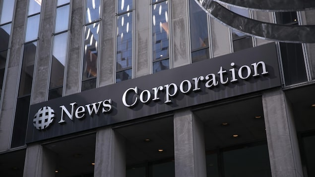 La devanture de l'édifice de la News Corporation sur la 6e Avenue à New York