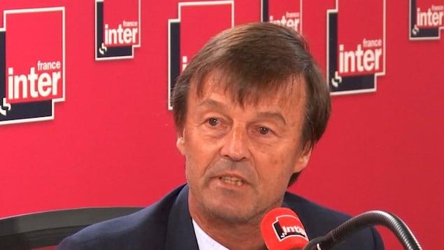 Le ministre français de la Transition écologique, Nicolas Hulot parle au micro.