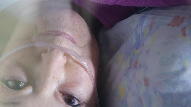 Nicole Dufresne lors d'un traitement d'oxygénothérapie dans un caisson hyperbare