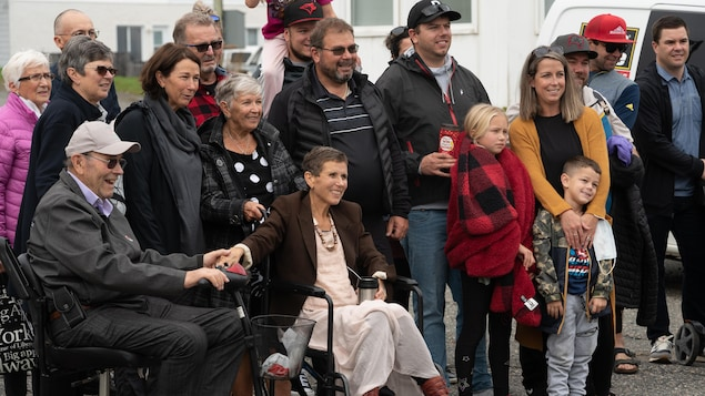Nicole Guertin entourée de membres de sa famille