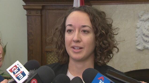 Nicole Sarauer répond aux questions des journalistes.