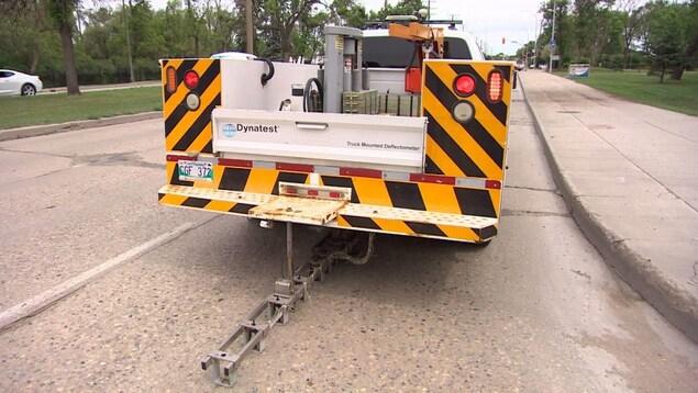 Un camion équipé d'un engin de mesure sur une route de Winnipeg.