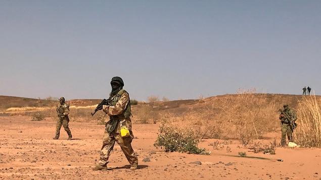 Des commandos nigériens simulent un raid au cours d'un exercice à Ouallam, au Niger.