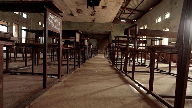 Des bureaux dans une salle de classe du Nigeria.
