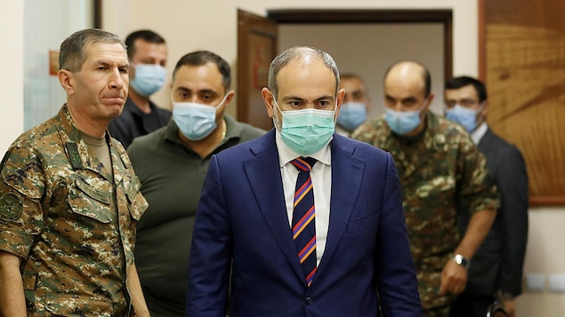 Nikol Pachinian en compagnie d'homme en habit de camouflage.