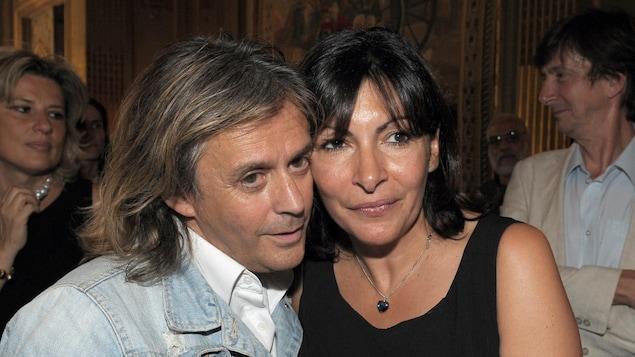 Le chanteur Nilda Fernández en compagnie de la mairesse de Paris, Anne Hidalgo, en 2010