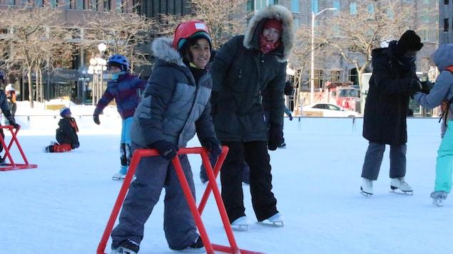 Plusieurs jeunes immigrants de Québec ont eu l'occasion de s'initier au patin à glace à l'occasion du Noël des Cultures