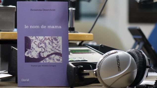 Une photo du livre Le nom de mama dans un studio de radio
