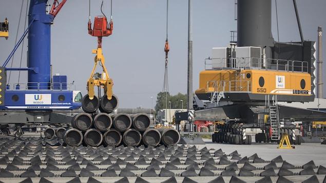 Une grue déplace des tuyaux du gazoduc Nord Stream 2.