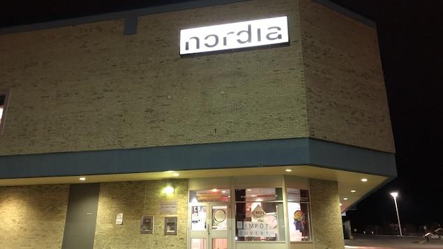 Une enseigne lumineuse où on peut lire Nordia.