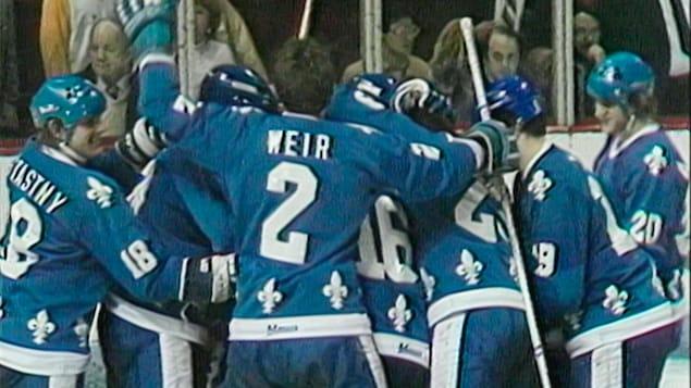 Les Nordiques célèbrent le but de la victoire de Dale Hunter contre les Canadiens de Montréal lors des séries éliminatoires de la saison 1981-1982.