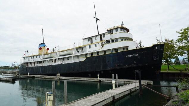 Un navire noir