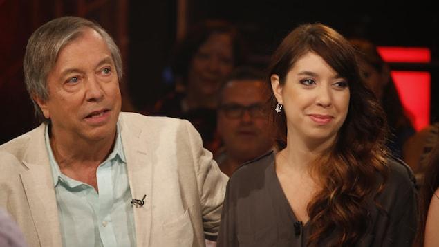 Les deux sont interviewés sur un plateau de télévision.
