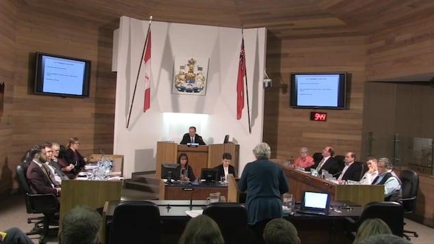 Janet Zimbalatti devant le conseil municipal de North Bay.