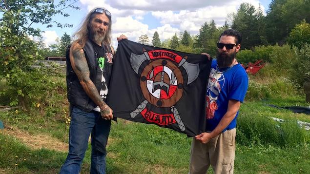 Troy Chisholm et Nick Gallant montrent fièrement le drapeau du groupe The Northern Guard