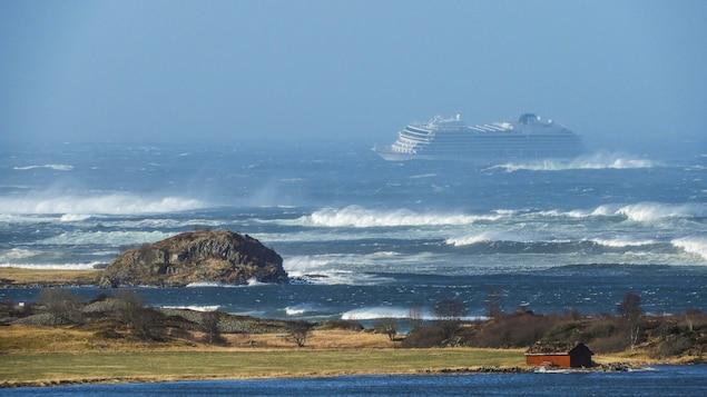 Vue du bateau de croisière Viking Sky à partir des côtes de la Norvège.