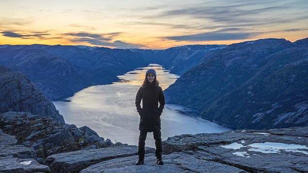 Marie-Ève Ellefsen devant un fjord en Norvège.