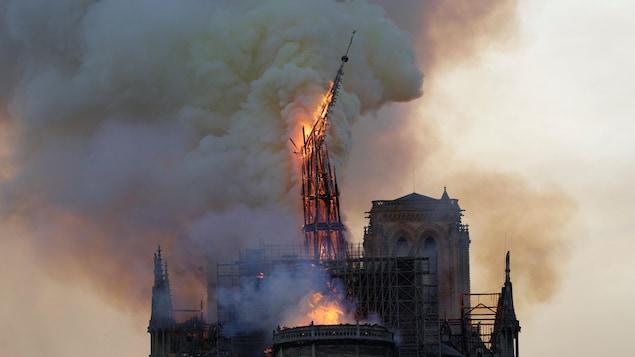 En proie aux flammes, le clocher s'est effondré alors que brûlait le toit de la cathédrale Notre-Dame de Paris.