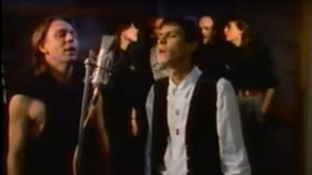 Paul Demers à droite et Robert Paquette à gauche dans la vidéo de la chanson «Notre place».