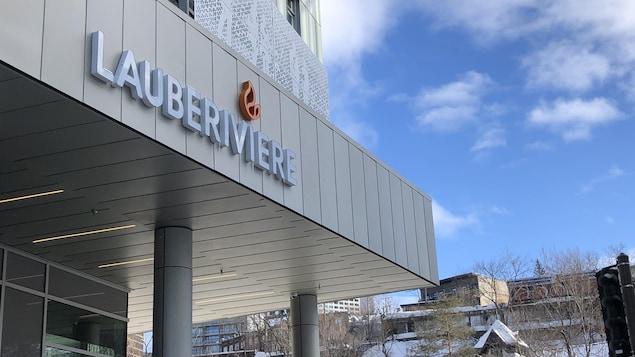 La façade du nouveau refuge de Lauberivière, en hiver, avec en arrière-plan la haute-ville de Québec.