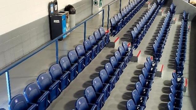 Les nouveaux bancs du Centre sportif de Saint-Pascal.