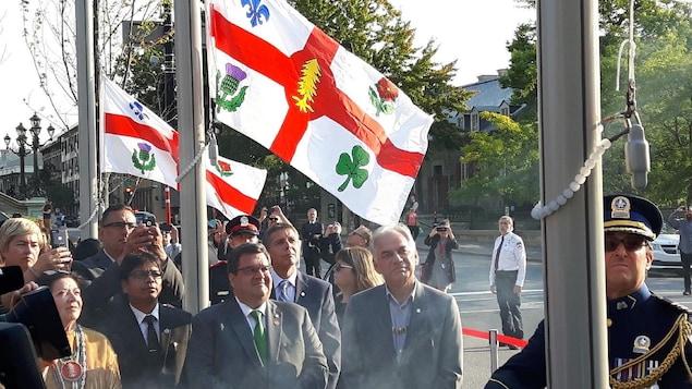 Le maire de Montréal, Denis Coderre, et Ghislain Picard, chef de l'Assemblée des Premières Nations Québec-Labrador, assistent à l'inauguration du nouveau drapeau de la Ville de Montréal.